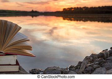 書的堆, 以及, 打開, 精裝□ 書, 上, 被模糊不清, 自然風景, 背景, 針對, 傍晚天空, 由于, light., 模仿空間, 背, 到, school., 教育, 背景。