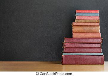 書, 堆, 在書桌上, 由于, 黑板, 背景