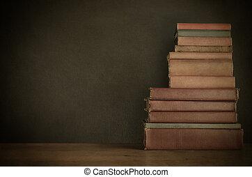 書, 堆, 在書桌上, 由于, 黑板, 背景, -, 葡萄酒, 風格