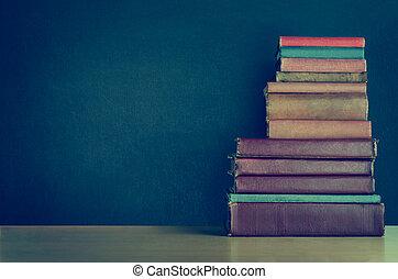 書, 堆, 在書桌上, 由于, 黑板, 背景, -, croos, 處理