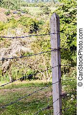 有刺鉄線の塀