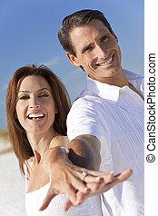 有吸引力, 夫婦, 笑, 扣留手, 上, a, 海灘