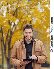 有吸引力, 時髦, 年輕人, 使用, a, touchpad, 在, 秋天, 公園