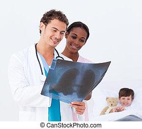 有吸引力, 醫生和護士, 檢查, an, x光, 以及, a, 在床里的孩子