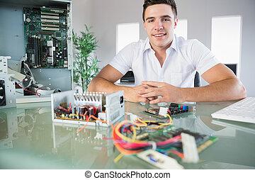 有吸引力, 電腦, 工程師, 在桌子坐, 微笑, 在照像机