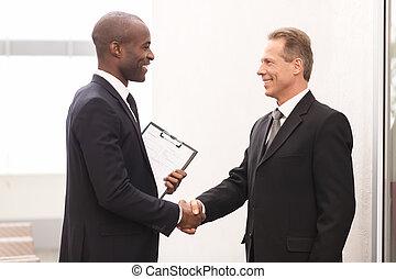 朗らかである, ビジネス男性たち, 2, 見る, 他, 手, meeting., それぞれ, 動揺