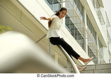 朗らかである, ビジネス 女, 行く, 下へ, 滑っている, 上に, 柵, ∥ために∥, 喜び