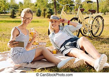朗らかである, ピクニック, 彼女, 喜ばせられた, 祖母, 女の子, 持つこと