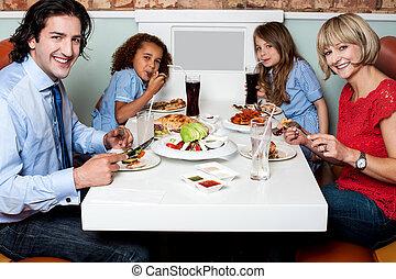 朗らかである, 夕食, 楽しむ, 家族