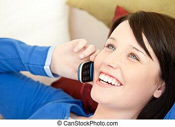 朗らかである, 女性, ティーネージャー, 話し続けている電話, あること, 上に, a, ソファー