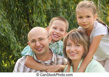 朗らかである, 娘, 家族, 母, 父, 2, 息子, 早く, park., 秋, 子供, 包含