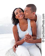 朗らかである, 恋人, 見つけること, から, 結果, の, a, 妊娠識別テスト, 寝室で
