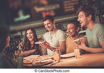 朗らかである, 食べること, 多人種である, pizzeria., 楽しみ, 友人, 持つこと
