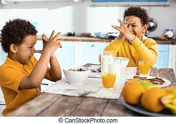朗らかである, 鼻, 男の子, ヒッチハイクすること, ∥(彼・それ)ら∥, 他, それぞれ, の間, 朝食