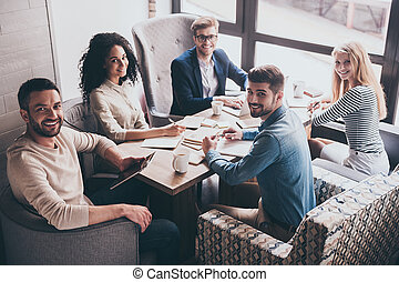 朗らかである, team., ビジネスオフィス, 人々, 成功した, モデル, 若い見ること, 間, カメラ, 微笑, テーブル, ミーティング