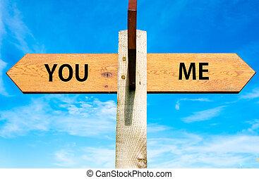 木制, 路標, 由于, 二, 相反, 箭, 在上方, 清楚, 藍色的天空, 你, 以及, 我, 簽署, 分開,...