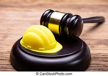 木製である, 帽子, 懸命に, 小槌, 黄色, 取り決められた, 机