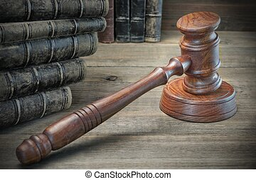 木製である, 裁判官, 小槌, そして, 古い, 法律書, 上に, 木製である, 背景