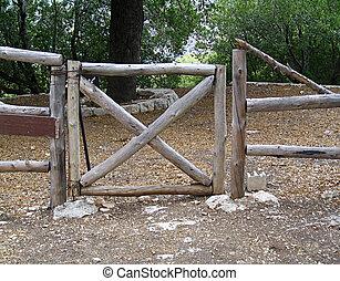 木製である, 門