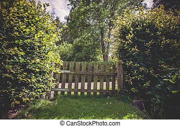 木製である, 門, 中に, a, 緑, 庭