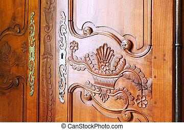木製の戸, 刻まれた