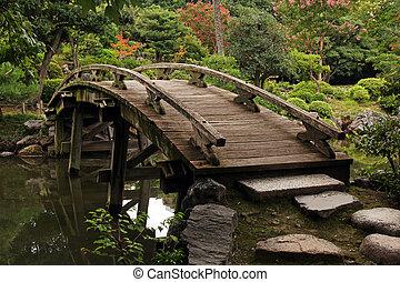 木製の歩道橋, 中に, 日本の庭