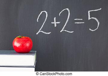 """本の積み重ね, ∥で∥, a, 赤いリンゴ, そして, a, 黒板, ∥で∥, """"2+2=5"""", 書かれた, 上に, それ"""