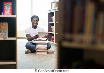 本を持つ学生, そして, デジタルタブレット, モデル, 中に, 図書館