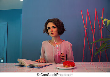 本, かなり, 肖像画, 微笑, 読書, 女の子