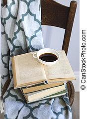 杯咖啡, 以及, 書, 上, the, 木制的椅子