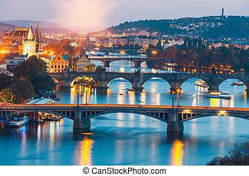 架桥, 带, 具有历史意义, charles桥梁, 同时,, vltava 河, 夜间, 在中, 布拉格, 捷克的共和国
