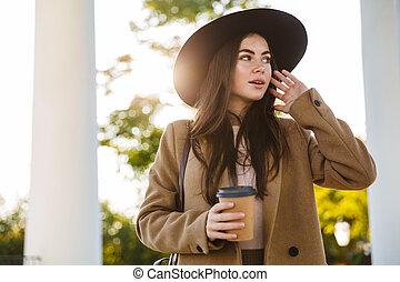 柱, コーヒー, 屋外で, 肖像画, 保有物, 若い女性, カップ, 間, 地位