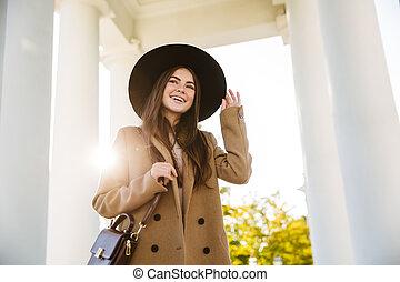 柱, 屋外で, 肖像画, 微笑, 若い女性, 間, 地位