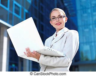 标题, 标题, 美丽, 商业妇女, 站, 户外, 现代的建筑物, keywords, 同事, 有吸引力, 美丽, 美丽,...
