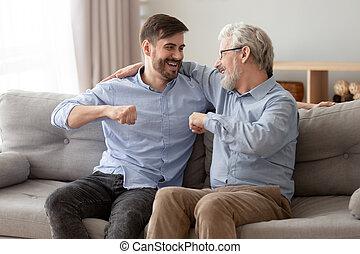 栽培された, お父さん, リラックスしなさい, 一緒に, 息子, 家, シニア, 幸せ