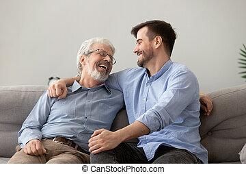 栽培された, お父さん, 座りなさい, 息子, シニア, ソファー, 話, 幸せ