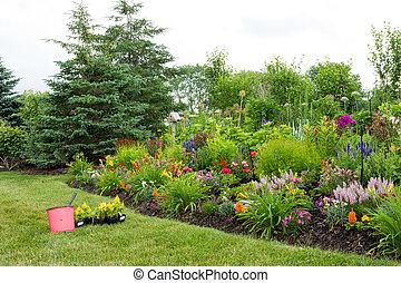 植えつけ, 新しい, 花, 中に, a, カラフルである, 庭
