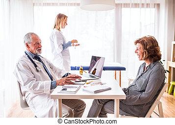 検査, 年長の 女性, オフィス。, 医者