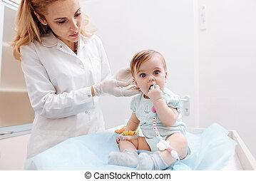 検査, 幼児, 注意深い, 小児科医, 子供, 耳