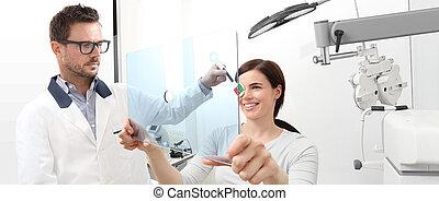 検査, 目, 女, 患者, 指すこと, プレキシガラス, テスト, 検眼士, 穴, 視力, 優勢