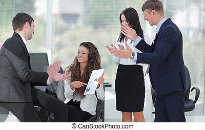業績, ∥(彼・それ)ら∥, 拍手喝采する, ビジネス, チーム