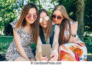 楽しみなさい, 夏, 明るい, 楽しみ, 肖像画, 最も良く, 女の子, 3, 日, すてきである, 身に着けていること, 映像, 日当たりが良い, 公園, sunglasses., 電話。, 友人, 日, 女性, ライフスタイル, モビール, 取得, 多人種である, joy., 幸せ, 持つこと