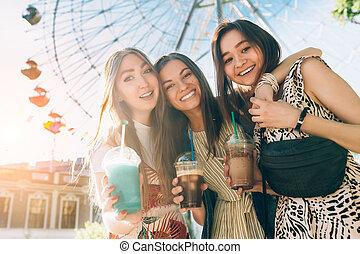 楽しみなさい, 夏, jewess, 肖像画, アジア人, 楽しみ, 最も良く, lifestyle., wheel., inin, 女の子, フェリス, 日, 保有物, caucasian., 幸せ, 前部, 友人, 女性, ライフスタイル, milkshakes., 多人種である, joy., すてきである, 持つこと, ガラス