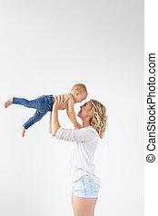 楽しみ, わずかしか, 概念, 娘, 彼女, 親, -, 隔離された, 持つこと, 朗らかである, 母性, 単一, 背景, 母, 赤ん坊, 白, スタジオ