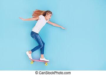 楽しみ, 上, スペース, 長さ, 角度, スケートボード, の上, 背景, 光景, 位置, 子供, 隔離された, 高く, 青, フルである, 女の子, 写真, 興奮させられた, 楽しみなさい, 色, 空, 精力的, 乗車, 上に