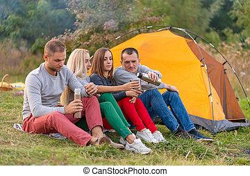 楽しみ, 涼しい, グループ, キャンプ, 夕方, 友人, 楽しむ, thermos, 火, 暖まること, 時間, forest., 飲みなさい