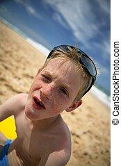 楽しみ, 男の子, わずかしか, 浜, 持つこと