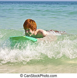 楽しみ, 男の子, サーフィン, 持つ, 波
