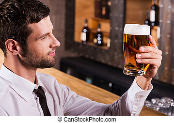 楽しむ, 若い, ever., モデル, 光景, 最上の人, ハンサム, シャツタイ, 検査, 側, ビール, 微笑, カウンター, バー, ガラス, 間