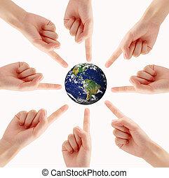 概念性, 符号, 在中, a, 绿色的地球, 全球, 带, 多种族, 人的手